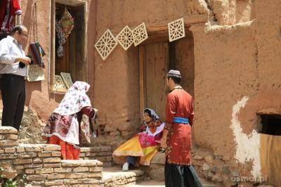 Iran. Abyaneh. Turyści za drobną opłatą mogą przebrać się w ludowe stroje