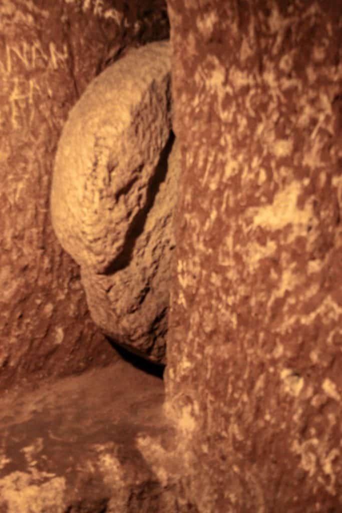 Kamienie, jakimi dawniej zastawiano korytarze podziemnego miasta, by chronić się przed wrogiem