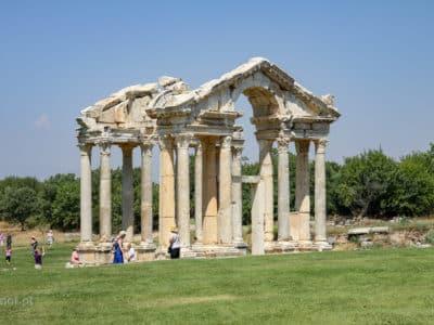 Tetrapylon, czyli ozdobna brama w Afrodyzji. Archeolodzy zrekonstruowali ją z wielkim pietyzmem. Aż dziw bierze, że do tak ciekawej atrakcji przyjeżdża tu tak niewielu turystów