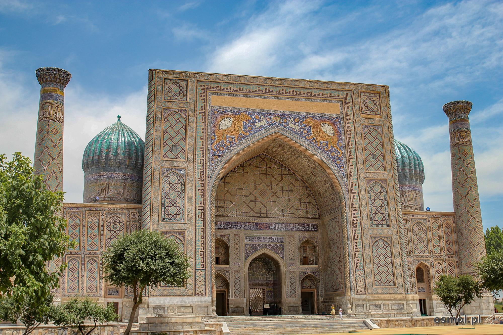 Medresa Szir Dar w kompleksie Registanu. To unikatowa budowla ze zdobieniami dwóch lwów na froncie.