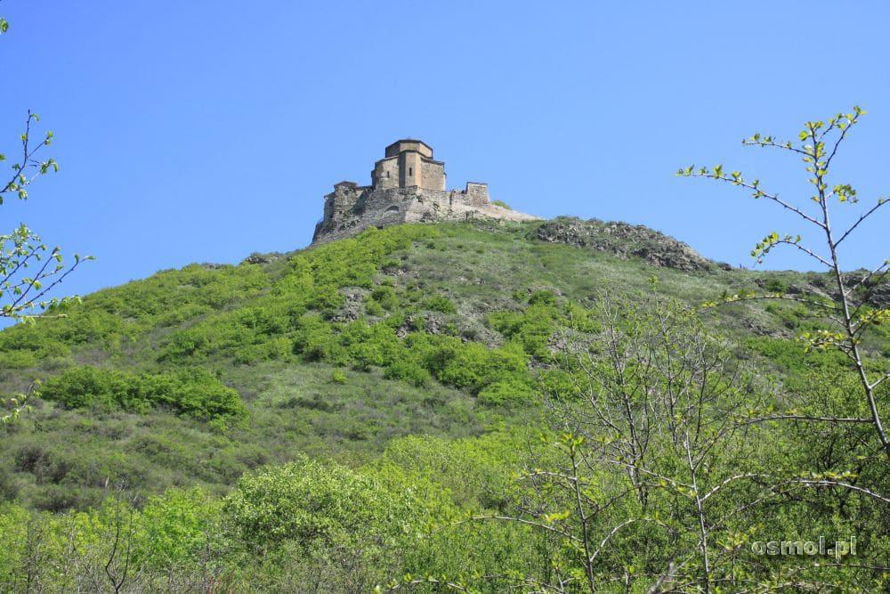 Klasztor Dżwari stoi na stromym wzgórzu, jednak da się tam dojechać samochodem