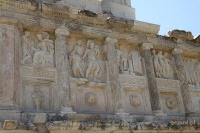Afrodyzja. Na pozostałych z sabestejonu ruinach wciąż zobaczyć możemy piękne rzeźby