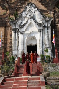 Mnisi birmańscy odwiedzają świątynię