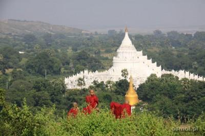 Młodzi mnisi na szczycie Mingun Pagoda
