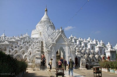 Hisibyume Pagoda odcina się bielą od jasnoniebieskiego nieba