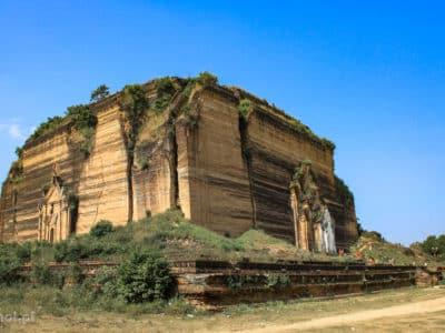 Mingun pagoda jest oblężona tylko od strony portu, wystarczy odejść kawałek, by zobaczyć ją z mniej turystycznej strony