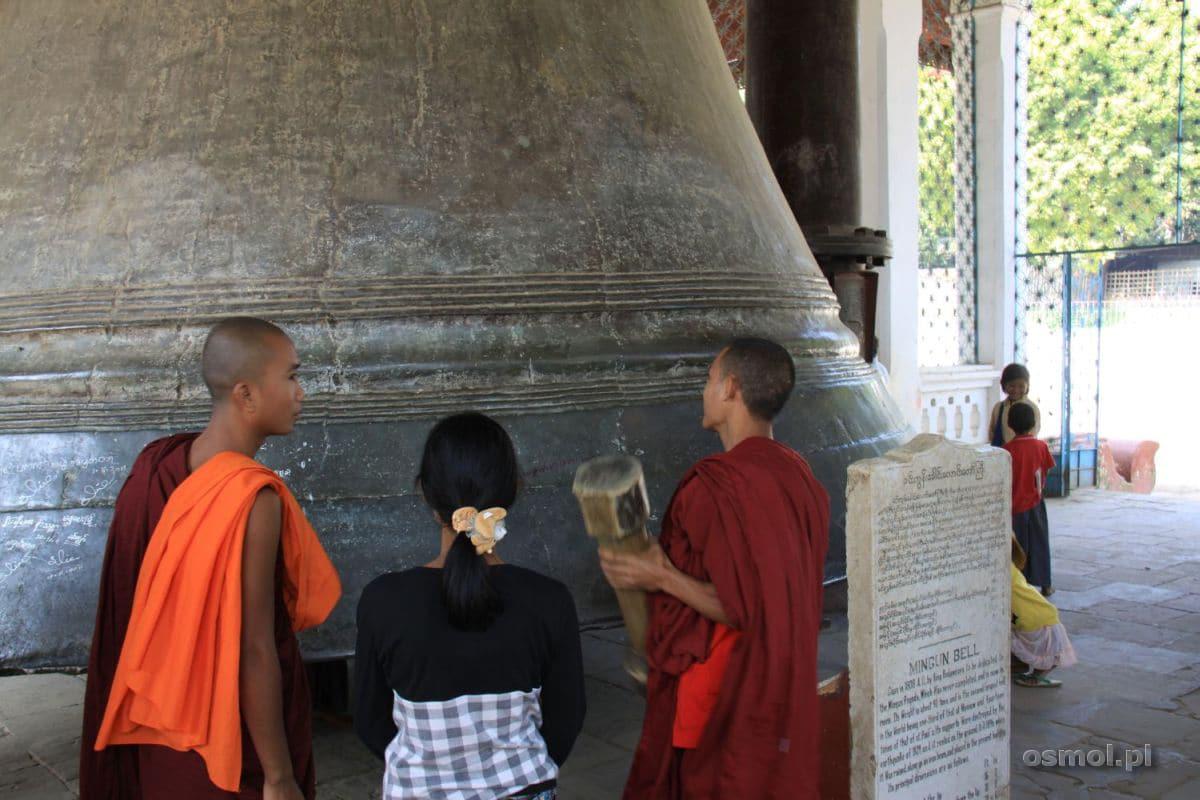 Tradycyjnie każdy mnich uderza w dzwon drewnianym młotem - na szczęście
