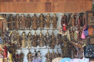 Tradycyjne birmańskie lalki królują na półkach sklepów