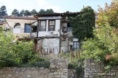 Nie są to widoki częste, ale jednak czasami widzi się też rozpadające się domy