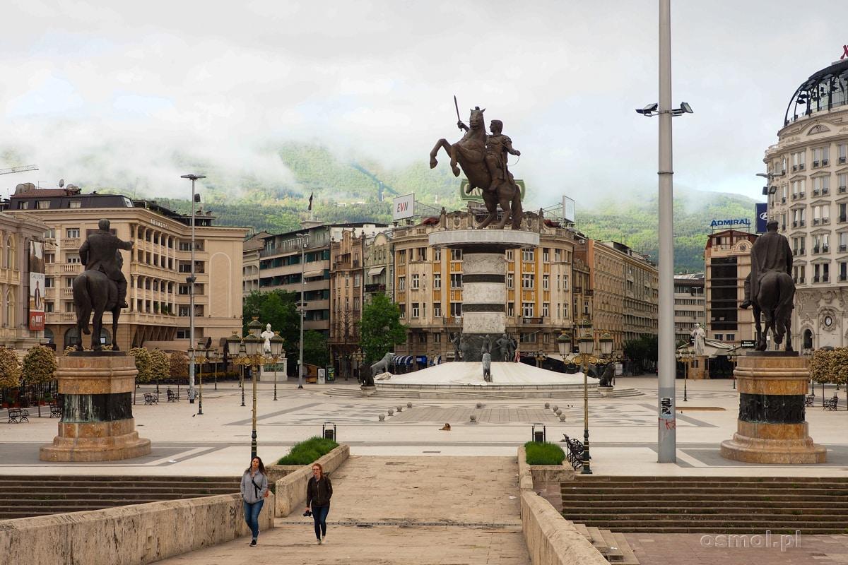 A wczesnym porankiem, Skopje wygląda tak, jak na zdjęciu. Bez tłumów, z mgłą powoli unoszącą się nad miastem. Za chwilę o wiele lepiej będzie widać wszystkie koszmarne pomniki, ale te ładniejsze na szczęście też :)
