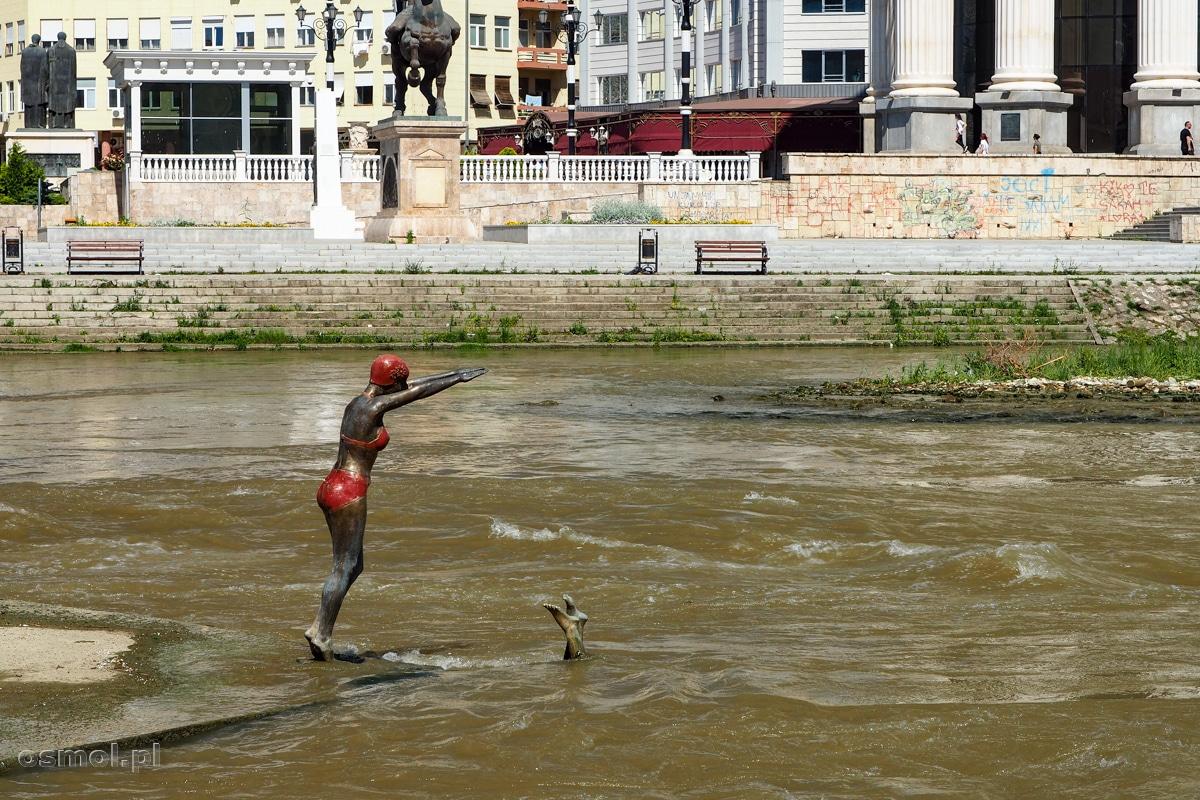 Pomnik pływaczek w Skopje