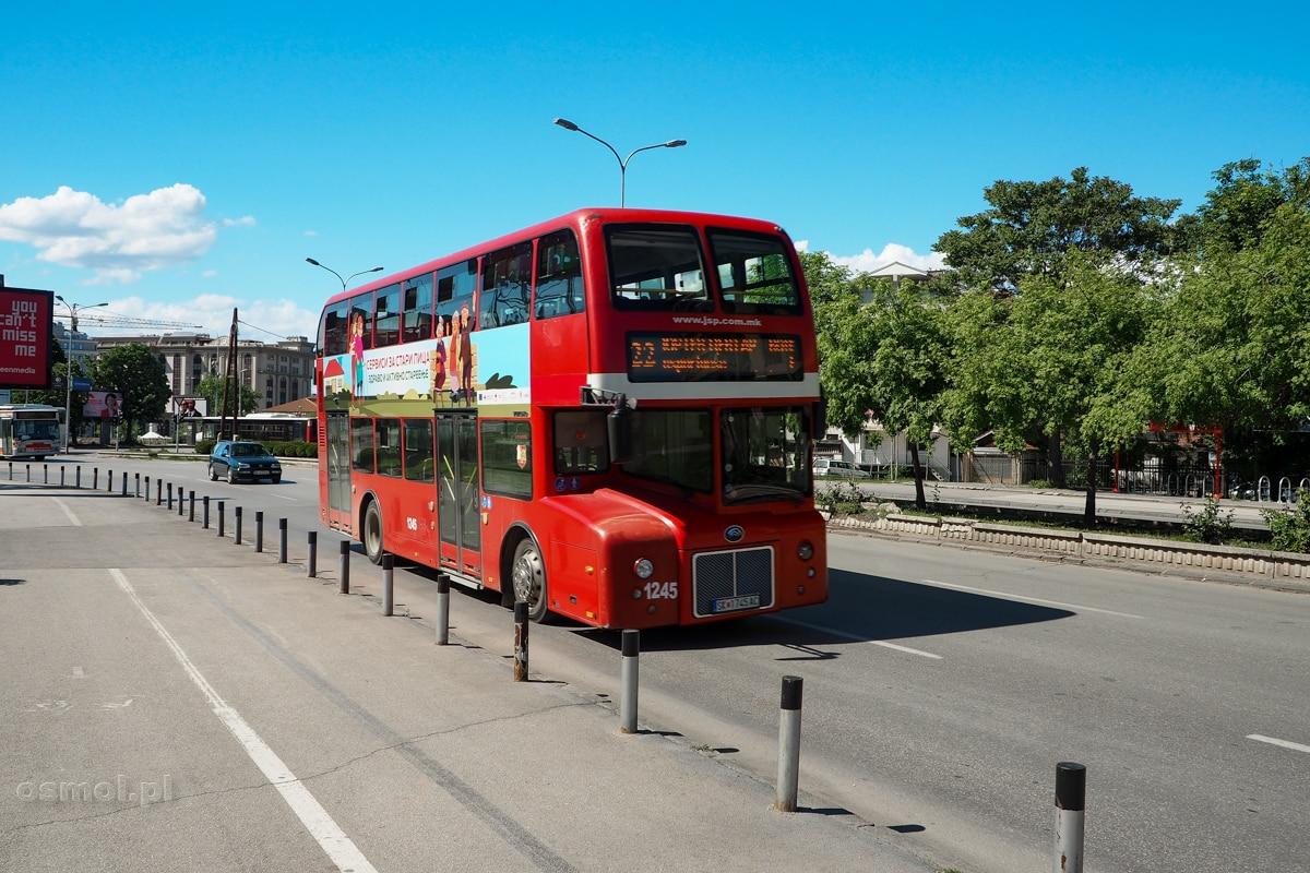 Piętrowy autobus na ulicach Skopje. Jak widać nie tylko Londyn może się kojarzyć z czerwonymi piętrusami.