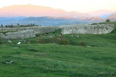 Twierdzę Rozafa najlepiej odwiedzić wieczorem, by zobaczyć jak słońce powoli gaśnie na szczytach i jak Jezioro Szkoderskie pogrąża się w mroku