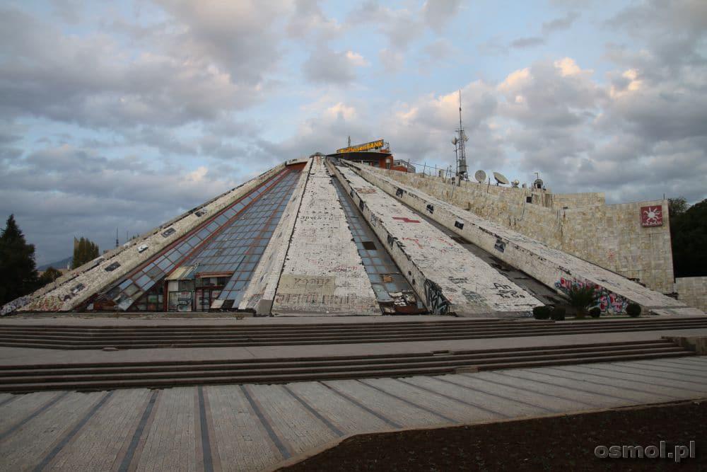 Tirana Międzynarodowe Centrum Kultury Piramida. Obecnie ruina, która być może zostanie rozebrana.