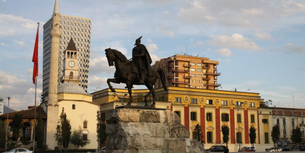 Tirana Plac Skanderbega z pomnikiem bohatera