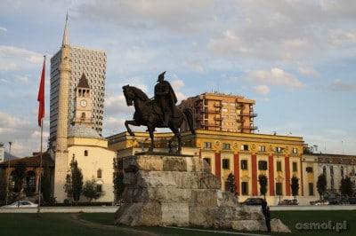 Pomnik Skanderbega, przywódcy powstań przeciw Turkom. Jego pomniki i ulice jego imienia występują w każdym mieście