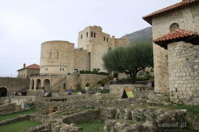 Kilkanaście kilometrów w Górnej Krui stoi całkiem niedawno odbudowany zamek Skanderbega. W środku jest osobno płatne muzeum tego albańskiego bohatera