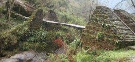 Mostek na szlaku w Himalajach