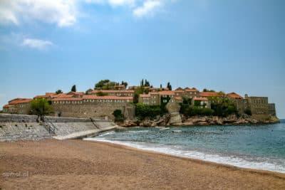 Plażą na wyspie Święty Stefan