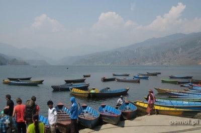 Pokhara baza wypadowa w Himalaje Nepalu. Przez jezioro popłyniemy łódką