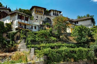 Gjirokastra - tradycyjne domy na wzgórzach