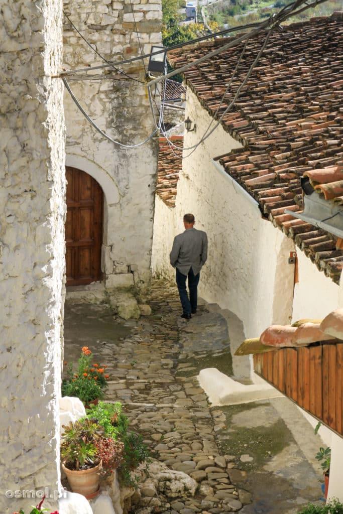 Mężczyzna idący jedną z uliczek starego miasta