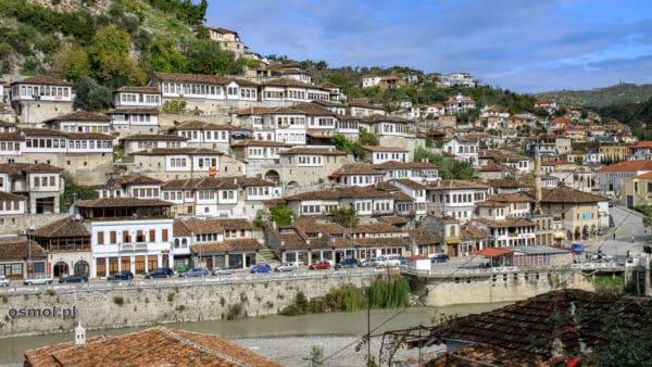 Widok na stare osmańskie domy w Beracie - z ich powodu Berat zwany jest Miastem Tysiąca Okien