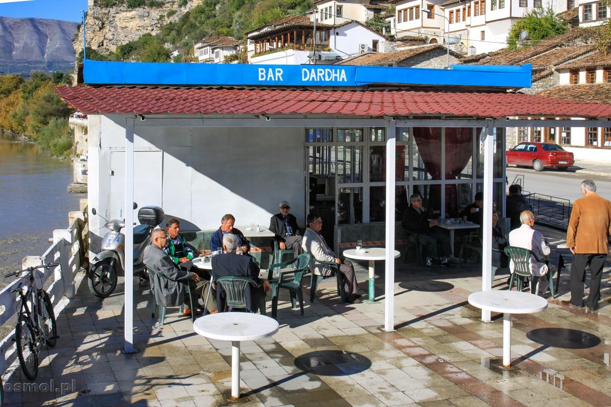 Lokalna kawiarnia w Beracie, tuż obok pieszej kładki. W zasadzie o każdej porze dnia spotkamy tu mężczyzn pijących kawę i rozmawiających