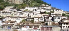 Berat Albania widok na osmańskie domy na wzgórzu