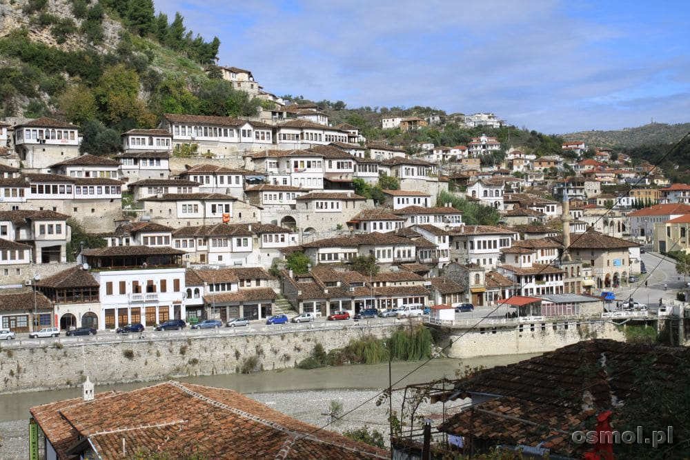 Stare, historyczne domy zobaczymy po obydwu stronach rzeki