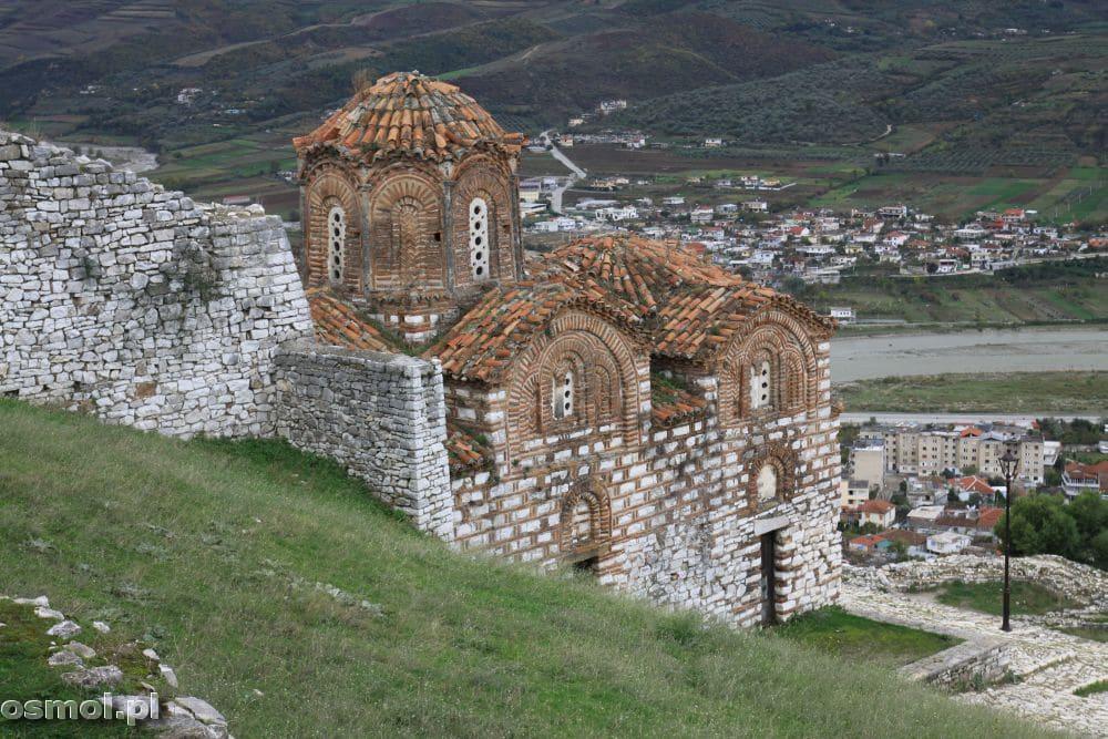 Cerkiew Świętej Trójcy położona na wzgórzu spogląda na okolicę