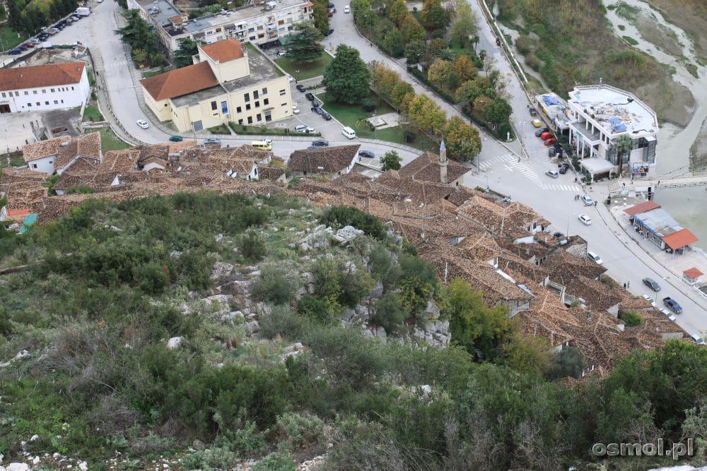 U stóp wzgórza zamkowego przycupnęły stare domy