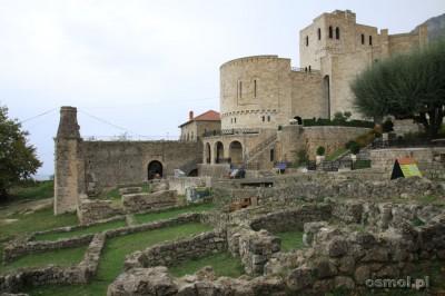 Odbudowana w latach 80tych część zamku Skanderbega, to wariacja na temat jego dawnej świetności