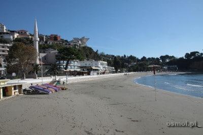 Latem na plaży królują leżaki i ręczniki, po sezonie całą 700 metrową plażę można mieć tylko dla siebie