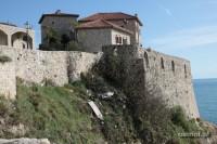 W większości domów starej części miasta znajdują sie knajpki z pięknym widokiem na morze