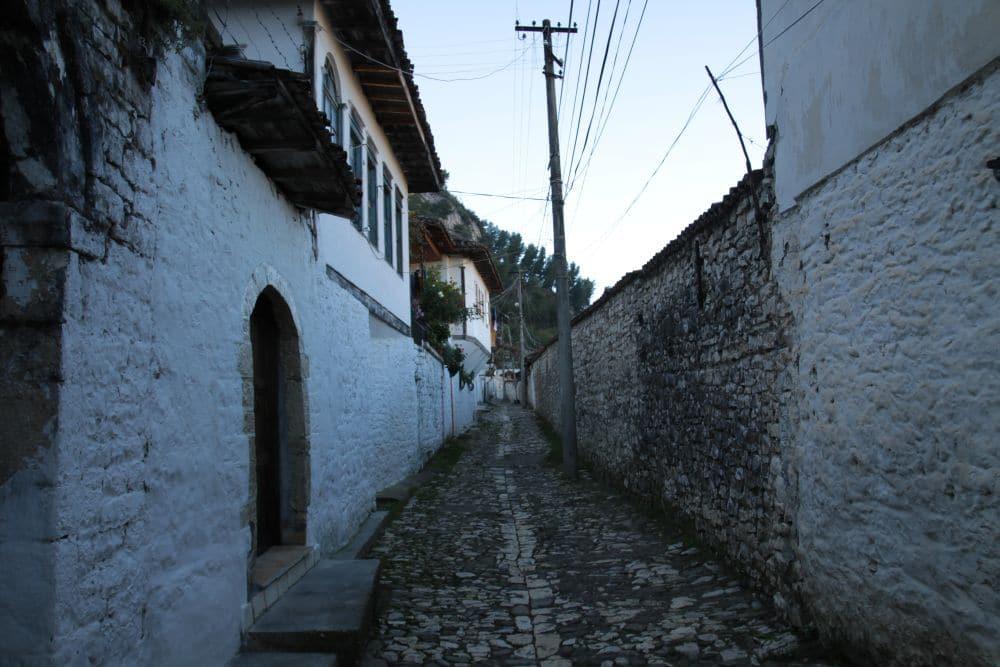 Pięknie bielone ściany domów, kamienne wąskie ulice. Oto albański Berat