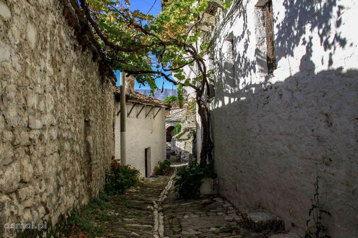 Uliczka wiodąca między murami starych domów w Beracie