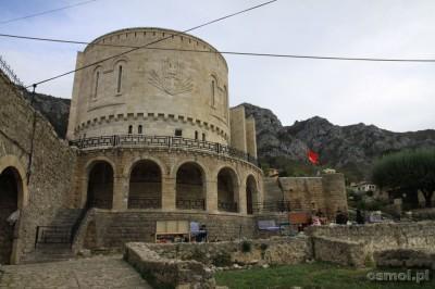 Budulec nowej części zamku aż razi nowością