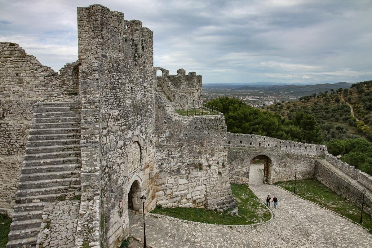 Mury i brama wejściowa do zamku w Beracie