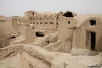 Zniszczone deszczami domy w Kharanaq