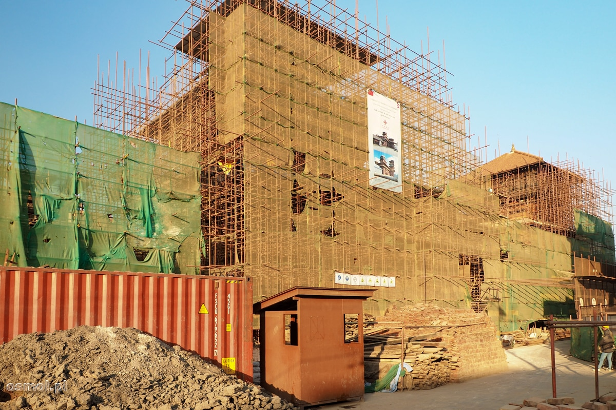 Odbudowa po trzęsieniu ziemi świątyń i zabytkowej zabudowy w Kathmandu