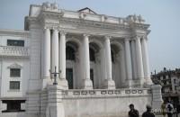 Na środku Durbar Square zobaczymy wielką białą budowlę. Ślad po dawnych kolonistach
