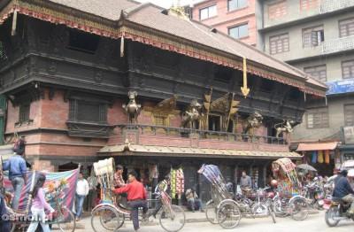 Katmandu. Świątynia na ulicy