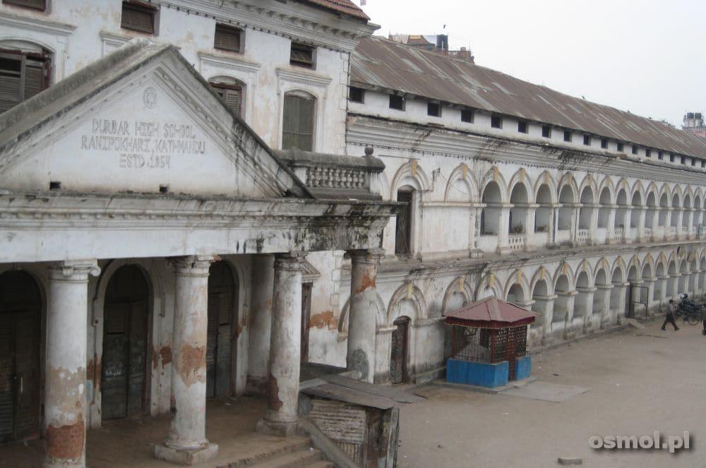 Po dawnych kolonistach - Brytyjczykach - została szkoła. Dziś utraciła już swą dawną świetność