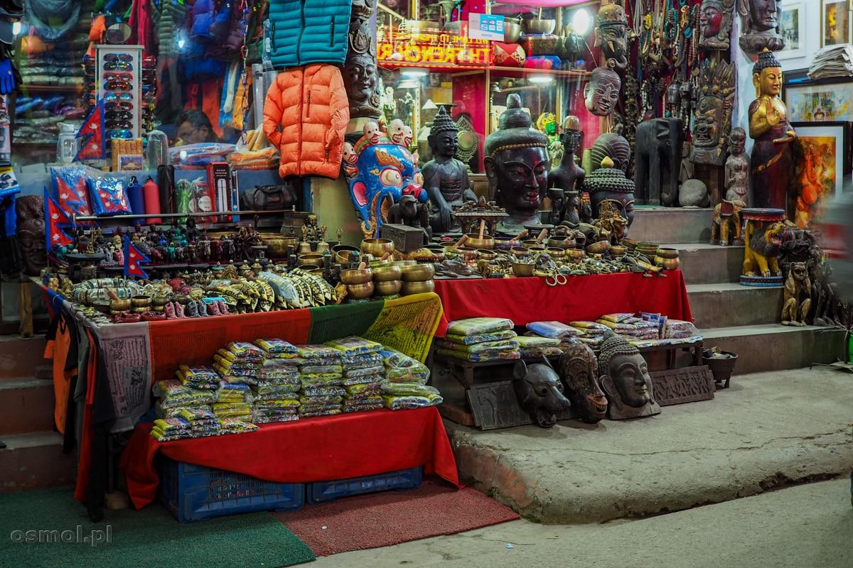 Stoisko z pamiątkami na Thamelu w Kathmandu