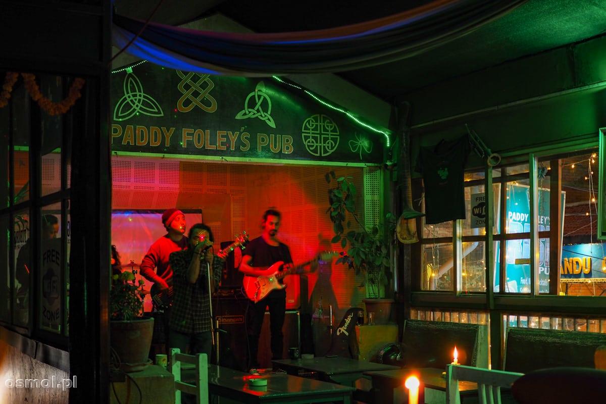 Pub z muzyką na żywo na Thamelu. W takich miejscach turyści spędzają wieczory