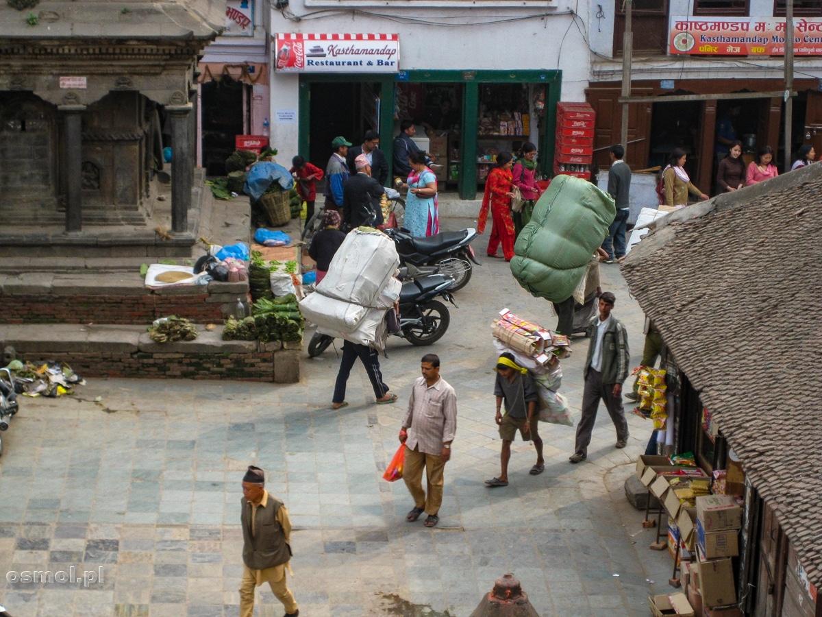 Tragarze noszą wszystko. Od worków ze zbożem, przez ubrania aż po pralki i drzwi.