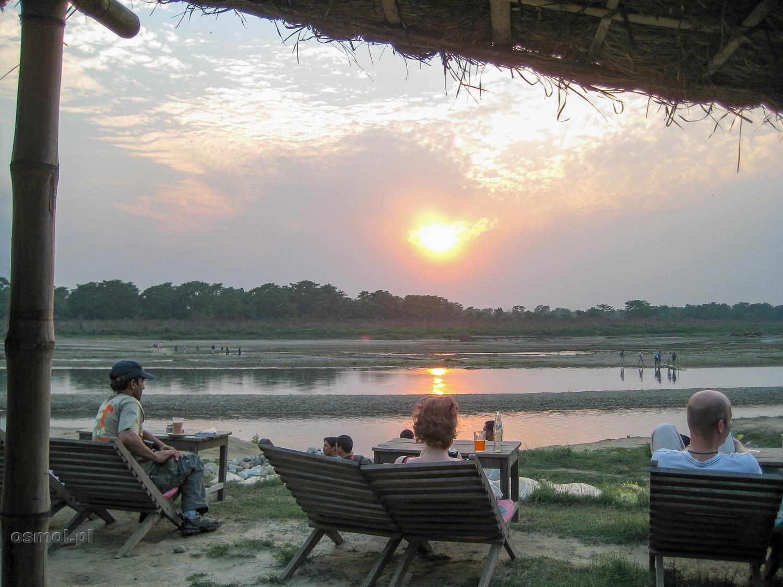 """Zachód słońca w miejscowości Sauraha. Wieczorami można tu """"robić nic"""" i po prostu obserwować zachodzące słońce przy kufelku zimnego piwa."""