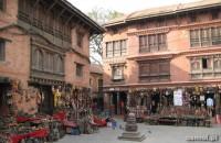 Na terenie świątyni znajdziemy liczne sklepy z pamiątkami dla turystów
