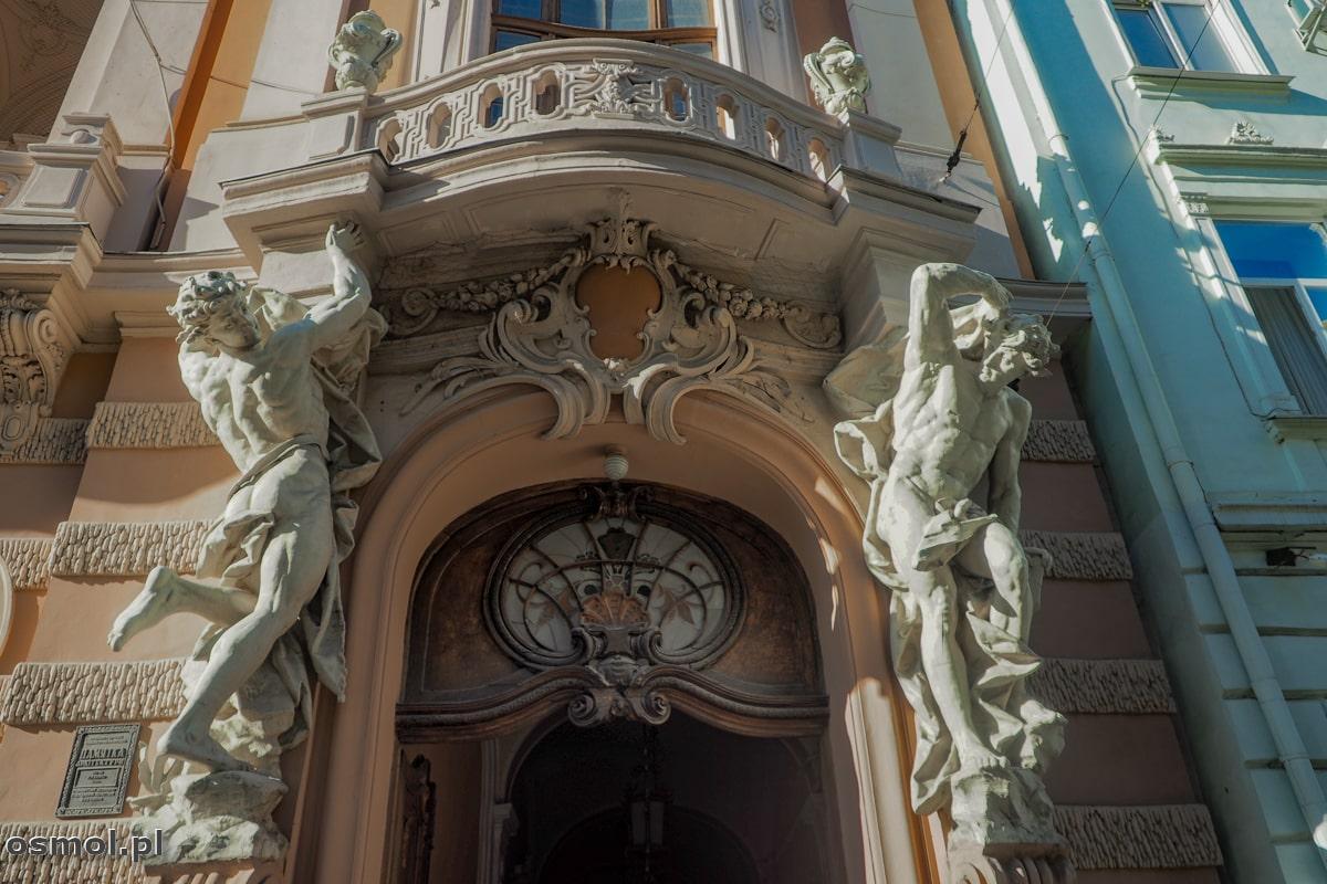 Atlanci podtrzymujący balkon w Kasynie Szlacheckim we Lwowie
